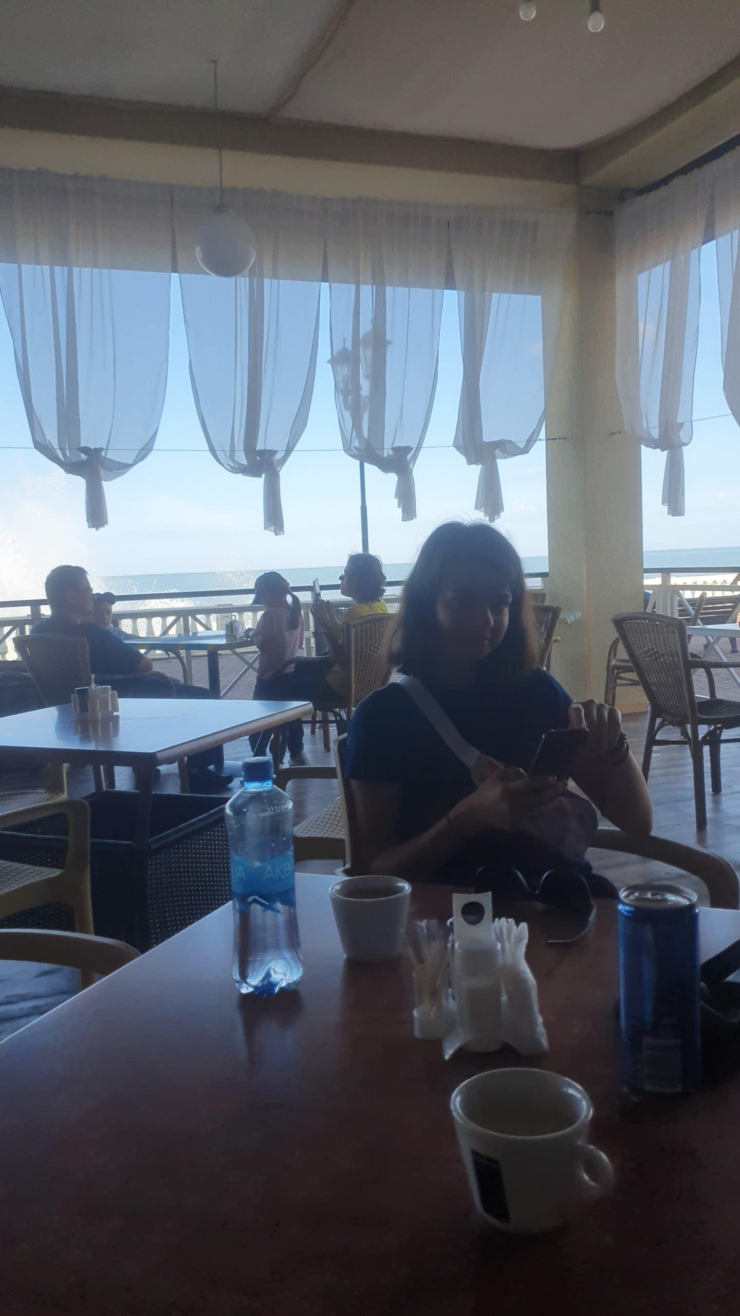 Кафе на берегу моря.
